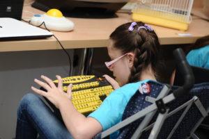 Milica Markovic koristi tastaturu baziranu na asistivnoj tehnologiji_Fotografija 4