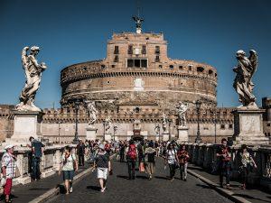 Još jedno od fantastičnih mesta na kojem možete dočekati Novu godinu jeste okolina Rimskog Koloseuma. U ponudi su brojni restorani sa svečanim programima, a koncert se održava na Via dei Fori Imeriali, nakon kojeg naravno sledi vatromet