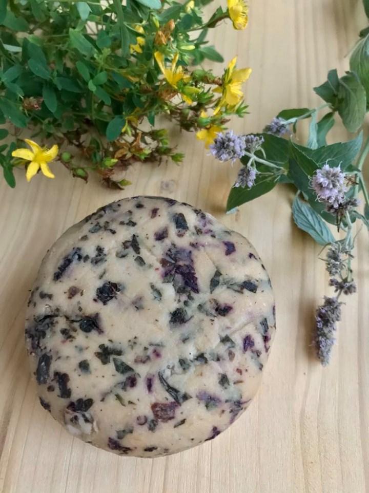Domaći biljni sir za začinskim travama