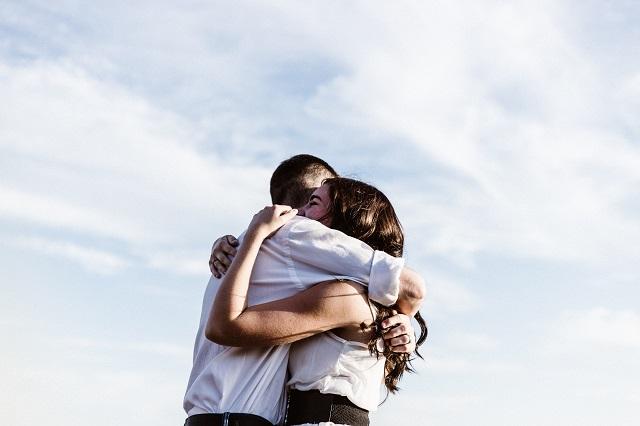 "Korona uništava zagrljaje: ""Promenite navike, ne i sebe"""