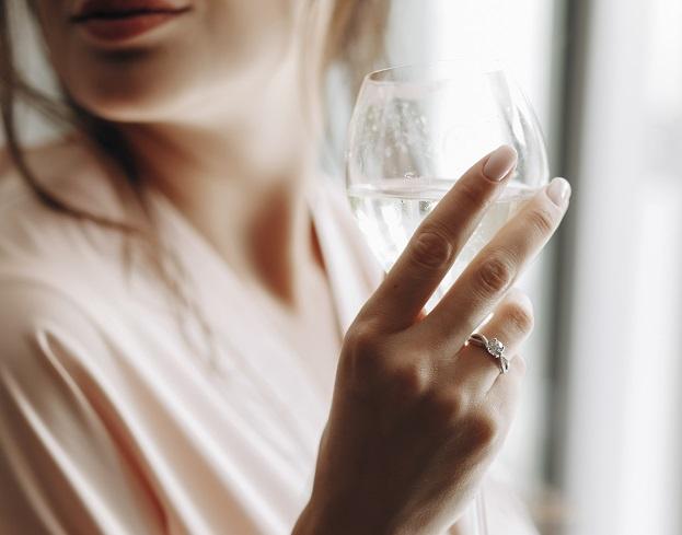 Suva usta nakon čaše belog vina, evo šta je razlog