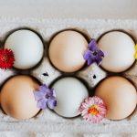 Kako da obojite jaja cveklom, malinom, kurkumom…
