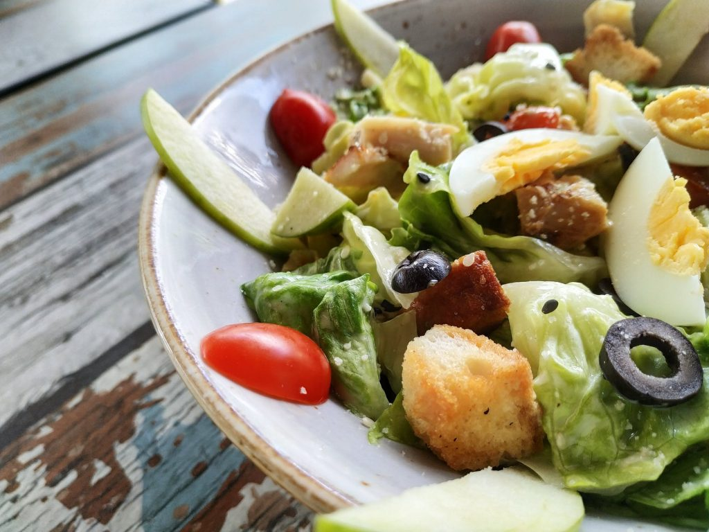 Napravite salatu od povrća i kuvanih jaja